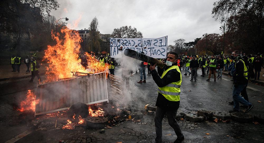 As medidas de Macron parecem não ser suficientes para pôr fim à crise que começou há mais de três semanas.