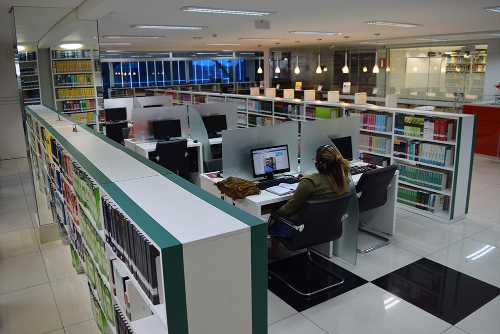Renomada biblioteca da Dom Helder Escola de Direito, em Belo Horizonte.