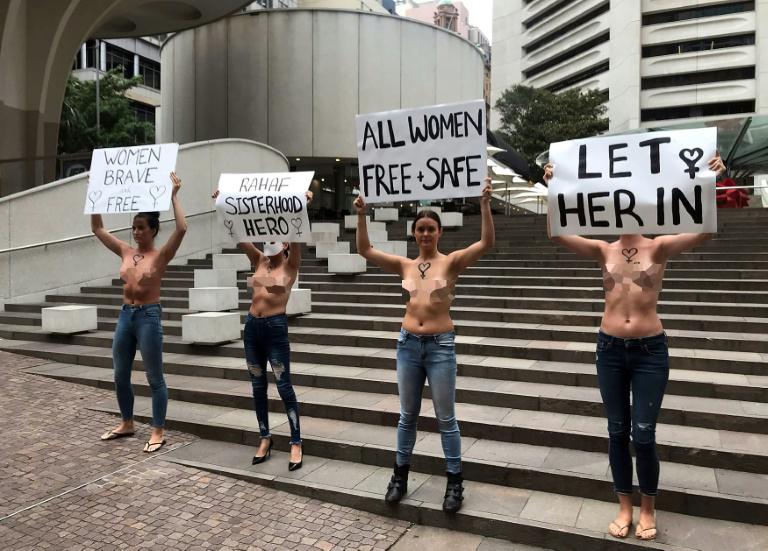 Quatro mulheres de topless se manifestam em apoio à jovem saudita Rahaf Mohammed Al-Qunun, em Sydney, em 10 de janeiro de 2019