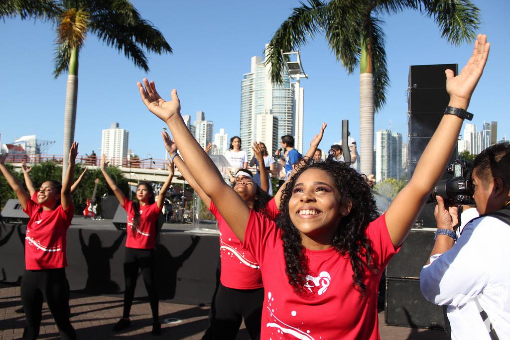 Jovens dançam em evento preparatório da JMJ Panamá.