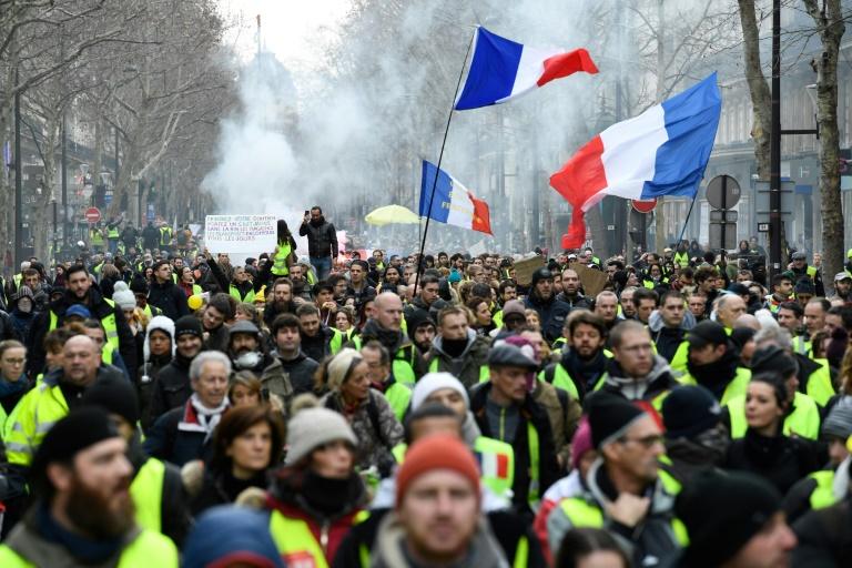 Multidão marcha neste sábado pelo centro de Paris durante manifestação convocada pelo 'coletes amarelos'