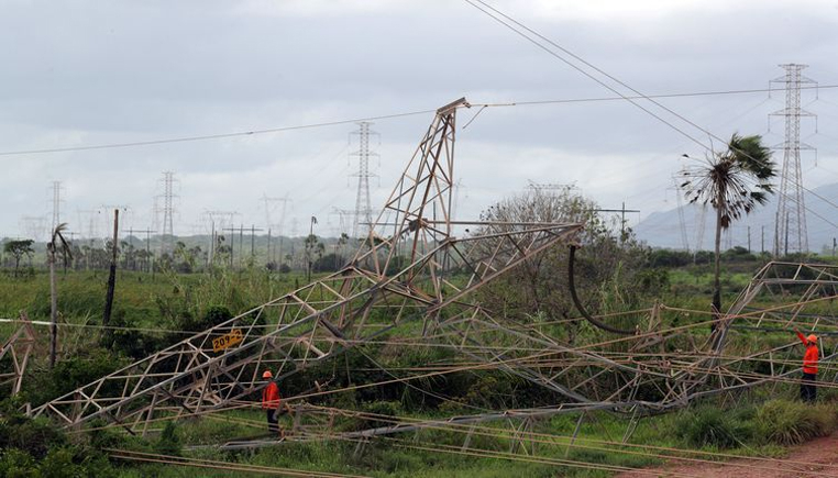 Na madrugada deste sábado, criminosos derrubaram uma torre de transmissão de energia elétrica em Maracanaú, arredores de Fortaleza.