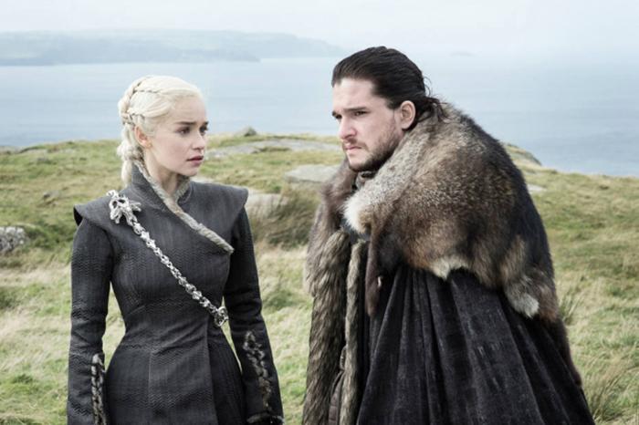 Emilia Clarke (Daenerys Targaryen) e Kit Harington (Jon Snow).