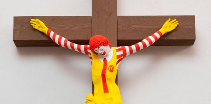 A exposição questiona a religião e a fé em um contexto de cultura de consumo.