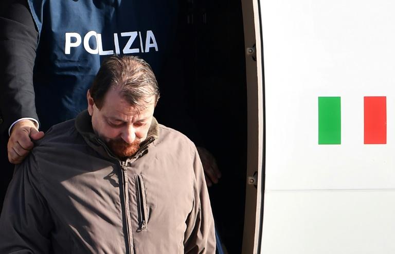 Cesare Battisti é escoltado pela polícia italiana em Roma, em 14 de janeiro de 2019.
