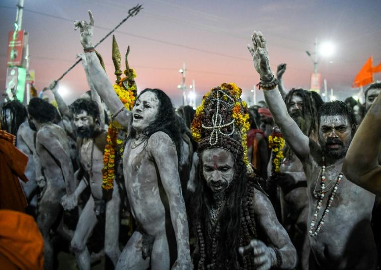 Ascetas hindus cobertos de cinzas caminham em procissão durante o festival Kumbh Mela, em Allahabad em 15 de janeiro de 2019
