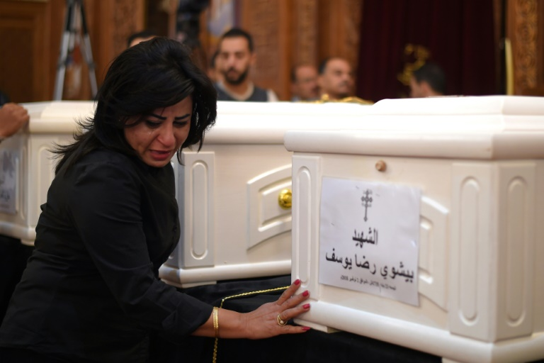 Cristã copta lamenta vítimas mortas em ataque, em cerimônia em igreja na província de Minya, no Egito, em 3 de novembro de 2018