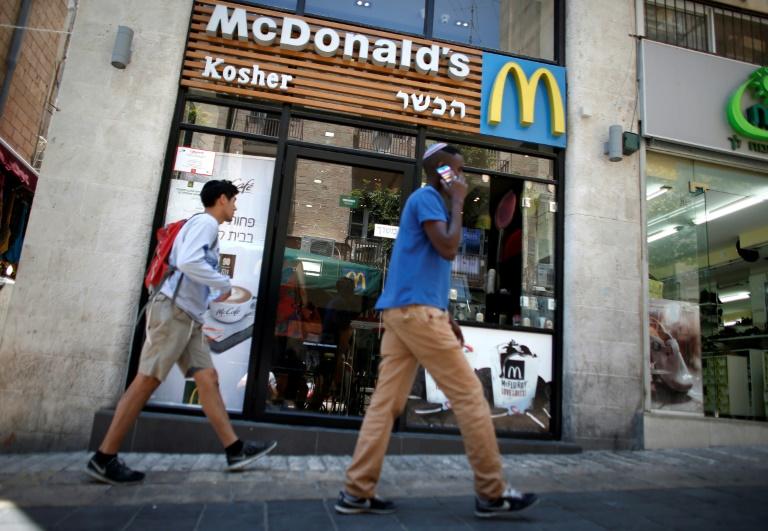 Um homem judeu passa pelo restaurante de fast food Kosher do McDonald's no centro da parte ocidental de Jerusalém em 5 de junho de 2015