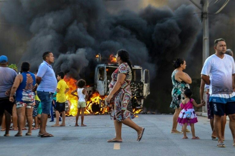 Caminhão em chamas em uma rua em Fortaleza, em 3 de janeiro de 2019