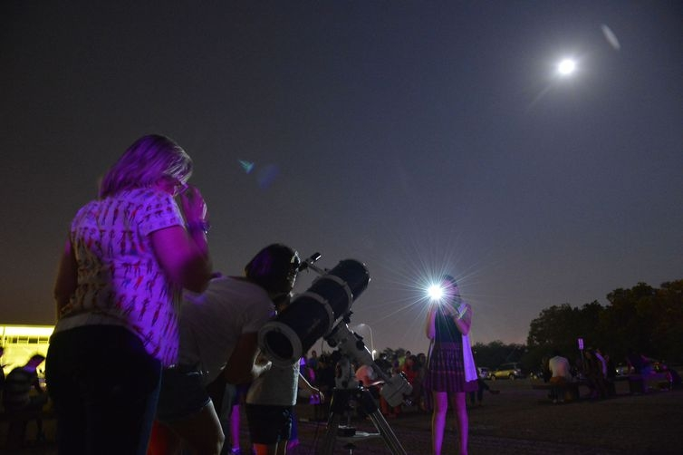 Eclipse total lunar deverá despertar a curiosidade de centenas de brasileiros durante a próxima madrugada.