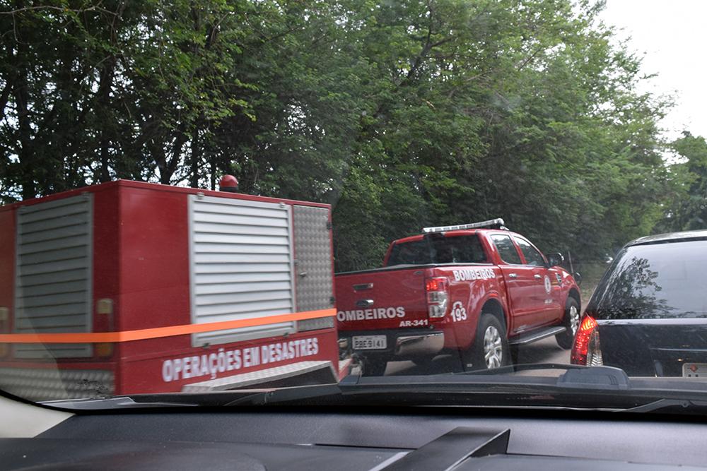 Viaturas das polícias Civil e Militar, Corpo de Bombeiros e Defesa Civil na chegada à Brumadinho.