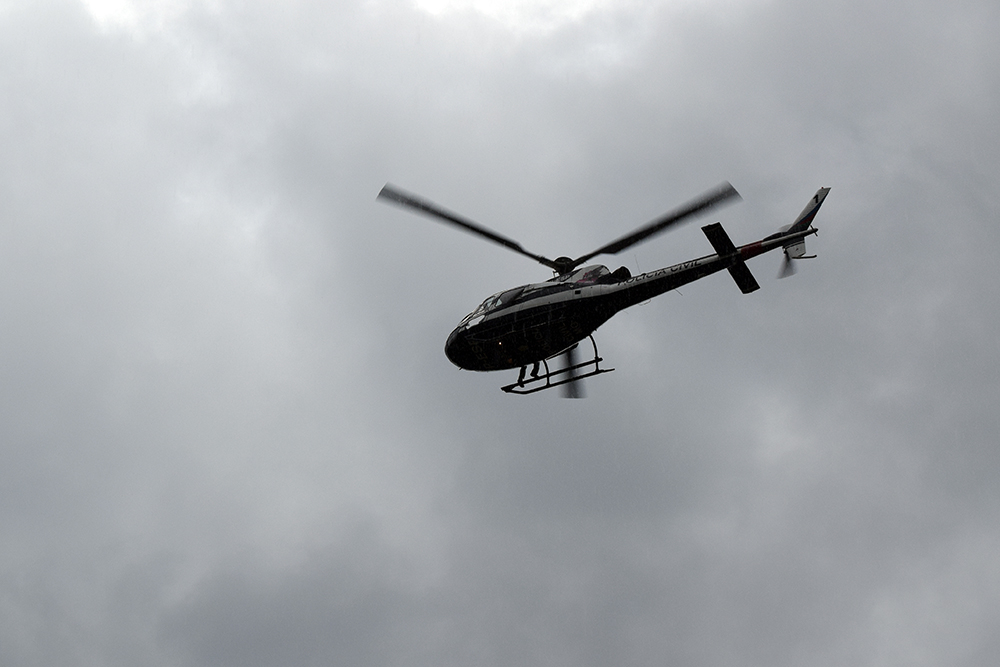 Helicóptero sobrevoa o gabinete de crise em Brumadinho.