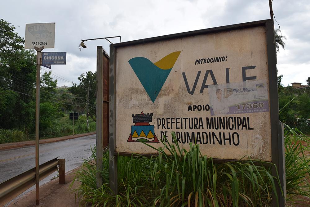 Placa da cidade traz o símbolo da Vale.