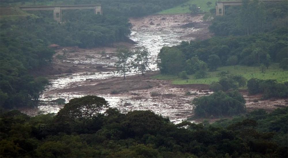 Em estrada do povoado de Tejuco, pessoas observam o estrago feito pelo rompimento da barragem.