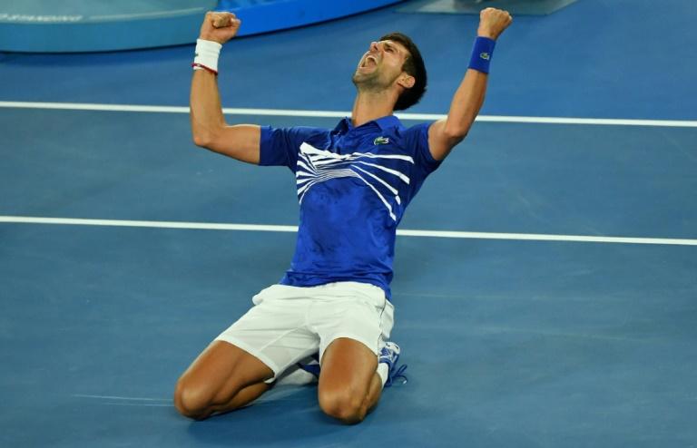 O sérvio Novak Djokovic celebra a vitória sobre Rafael Nadal na final do Aberto da Austrália