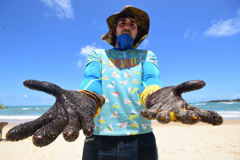 Muitos voluntários participam do processo de limpeza das praias