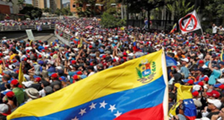 Hoje, as imagens que o país remete ao mundo refletem uma gente feia, revoltada, cruzando fronteiras para fugir do regime bolivariano (REUTERS/Carlos Garcia Rawlins)
