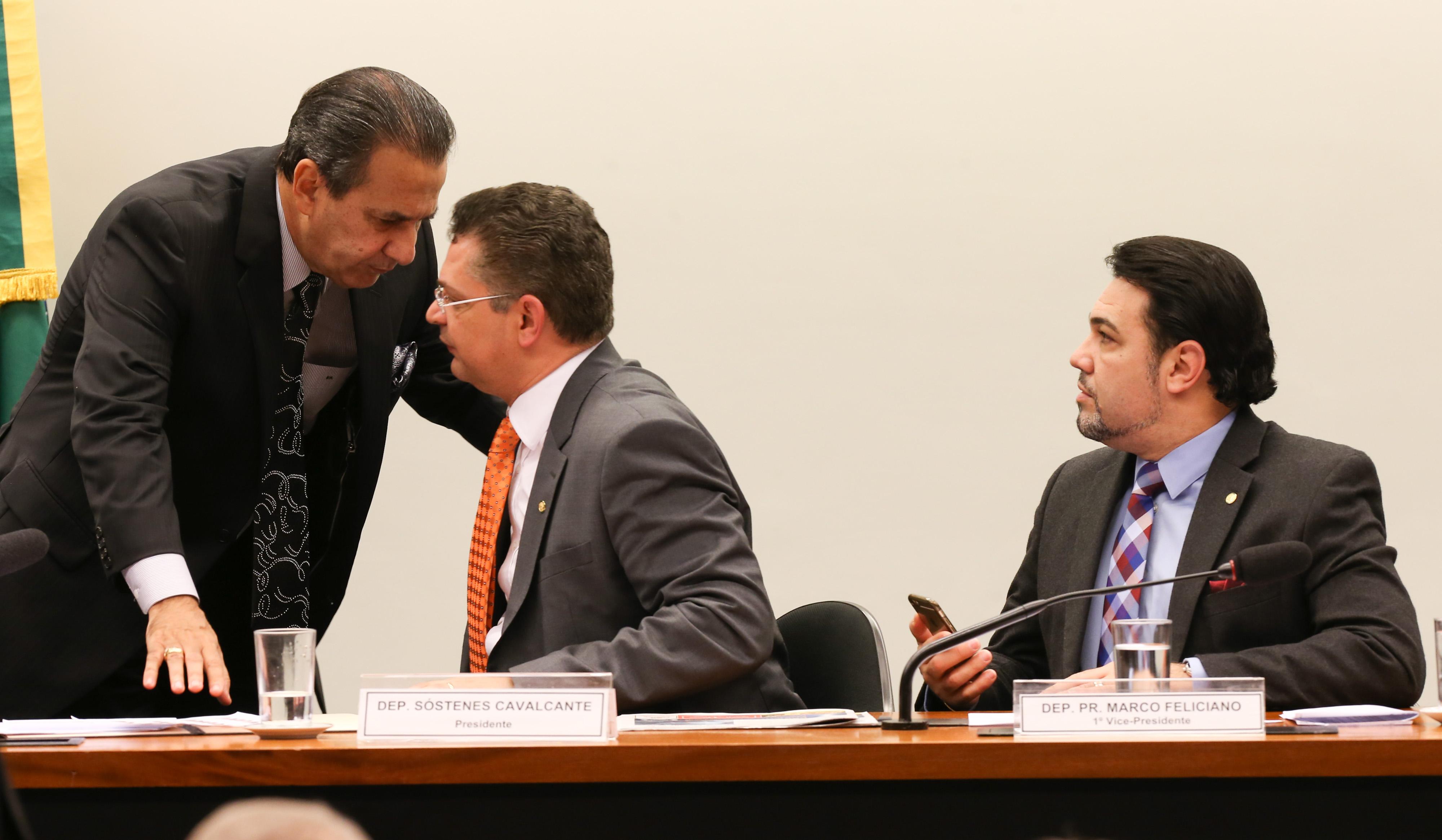 Pastor Malafaia, na Comissão especial sobre o Estatuto da Família, conversa com o dep. Sóstenes Cavalcanti, ao lado do dep. Marco Feliciano.