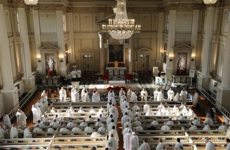 Bispos dos EUA recebem Comunhão durante a Missa na Capela da Imaculada Conceição, no Seminário Mundelein, em 3 de janeiro de 2019, na Universidade de Santa Maria do Lago, em Illinois.