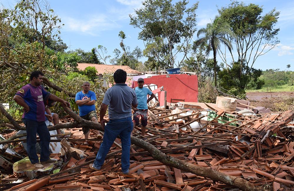 Moradores do local acompanham as buscas em meio aos escombros.