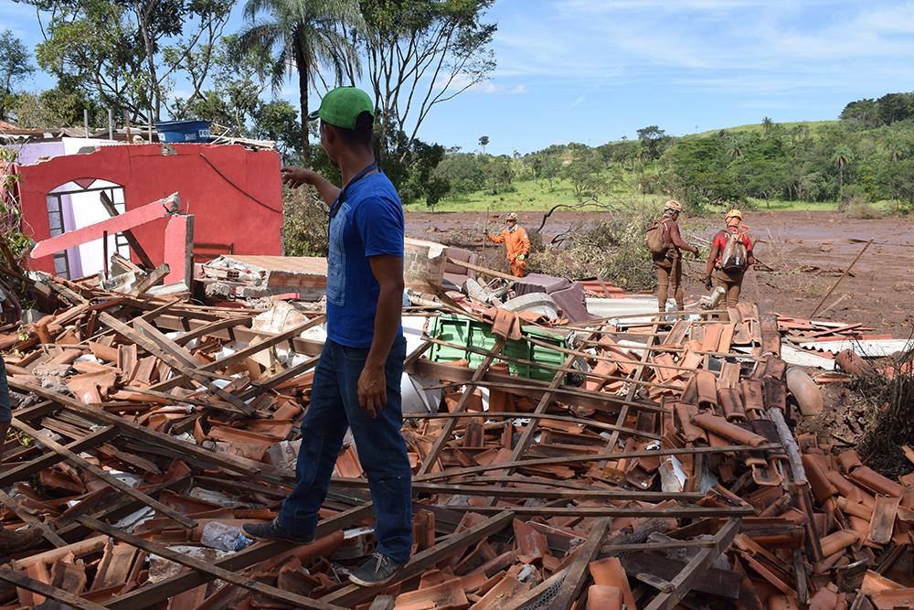 O auxiliar de serviços gerais Emerson Leandro mostra o que restou do sítio de sua mãe.