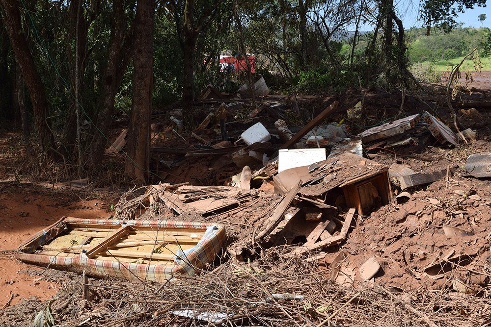A lama destruiu casas e soterrou parte do bairro Parque das Cachoeiras.