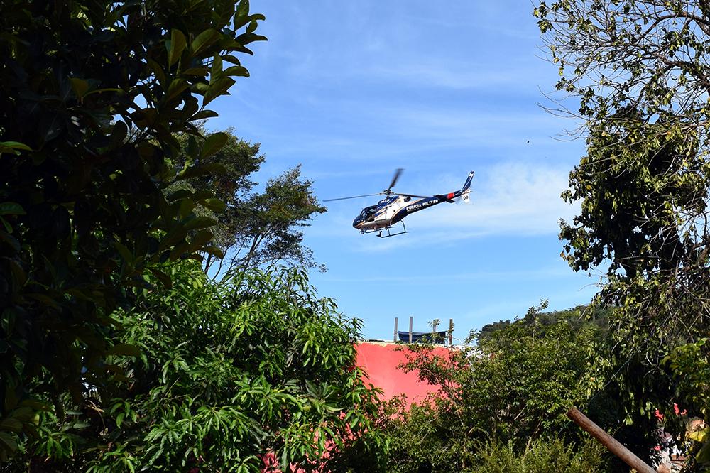 Helicópteros da Polícia Militar e do Corpo de Bombeiro sobrevoavam a região