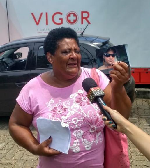 Malvina Firmina Nunes busca notícias do filho, Peterson Nunes Ribeiro.