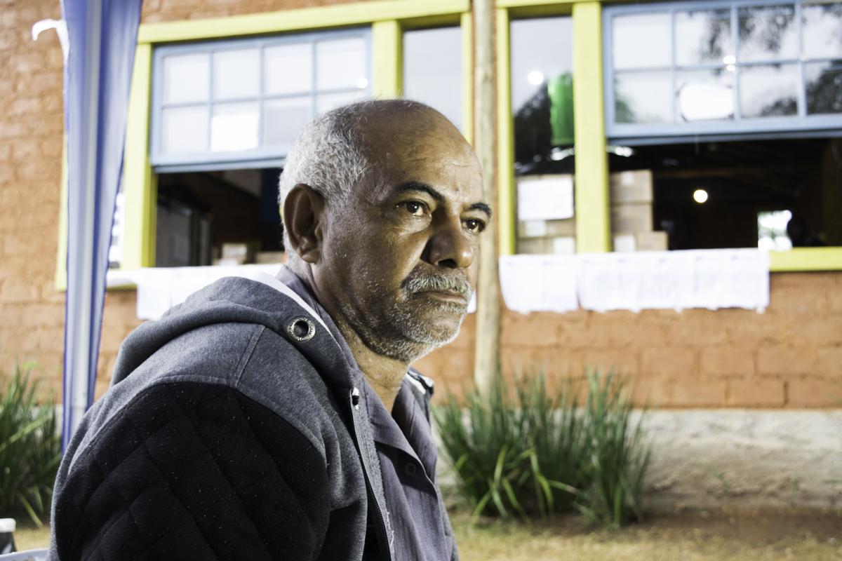 Wilson Caetano trava uma busca por notícias do filho, vítima do rompimento da barragem da Vale.