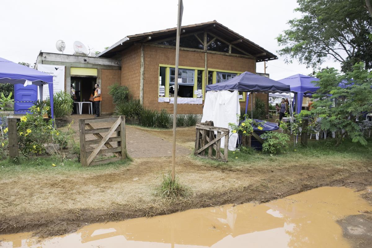 Lama prejudicou o trabalho dos bombeiros e dificulta o trânsito de moradores em Brumadinho.