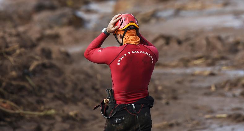 Independente de sua causa, quando há o rompimento de uma barragem de rejeitos, sucedem-se inúmeros danos socioambientais, que se resumem em morte e poluição. (Douglas Magno/AFP)