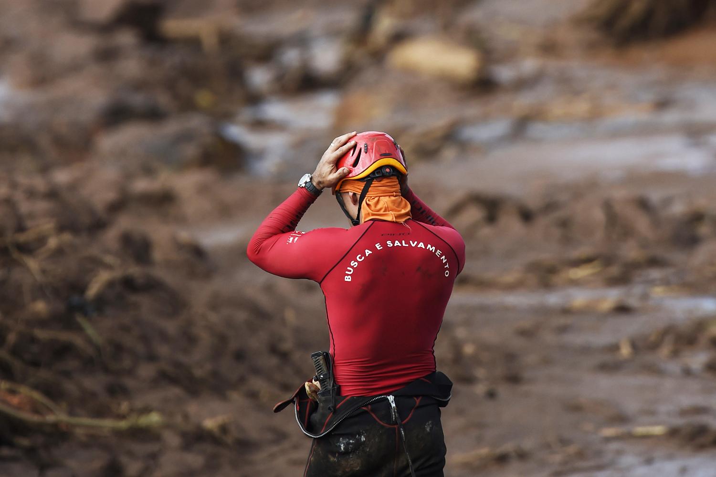 Independente de sua causa, quando há o rompimento de uma barragem de rejeitos, sucedem-se inúmeros danos socioambientais, que se resumem em morte e poluição.