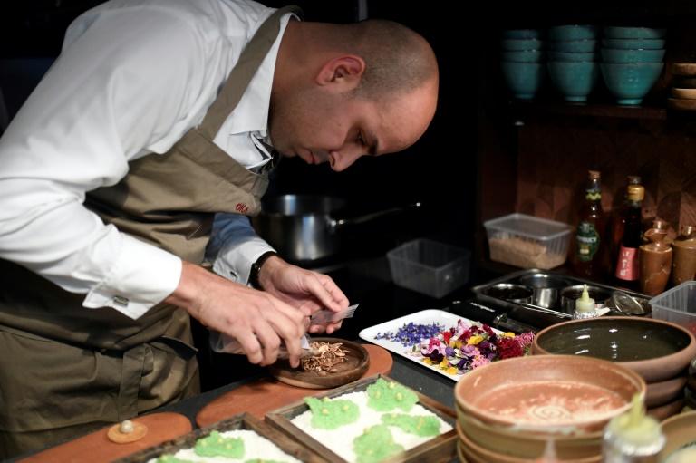 (2017) O chef franco-brasileiro Raphael Rego prepara um prato em seu restaurante na capital francesa.