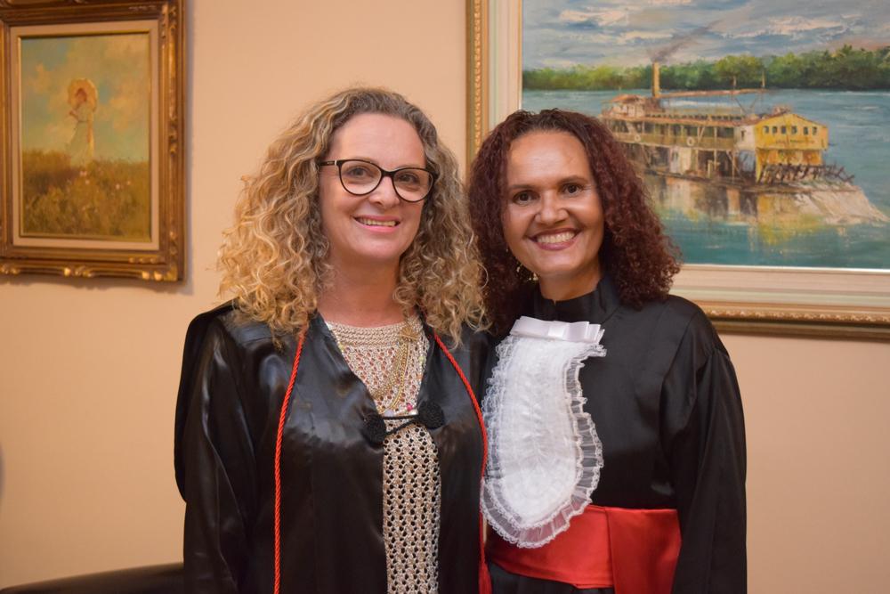 A pró-reitora administrativa Cácia Stumpf e a funcionária homenageada Jaqueline da Silva Oliveira