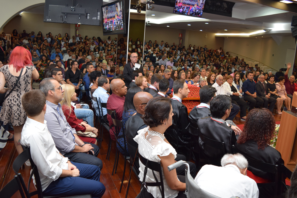 O auditório estava repleto de parentes e amigos dos formandos