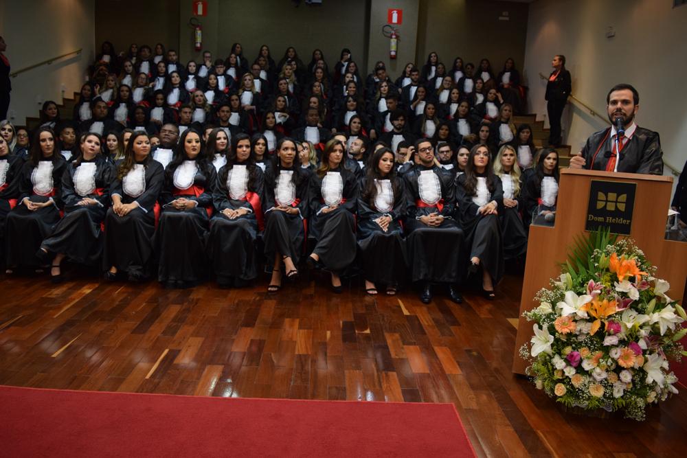 O paraninfo da turma Thiago Loures Machado Moura Monteiro proferiu sua homenagem