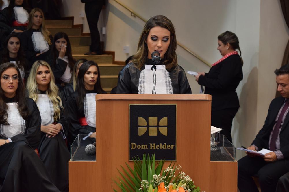 A formanda Izabela Santos Diniz fez homenagem aos mestres