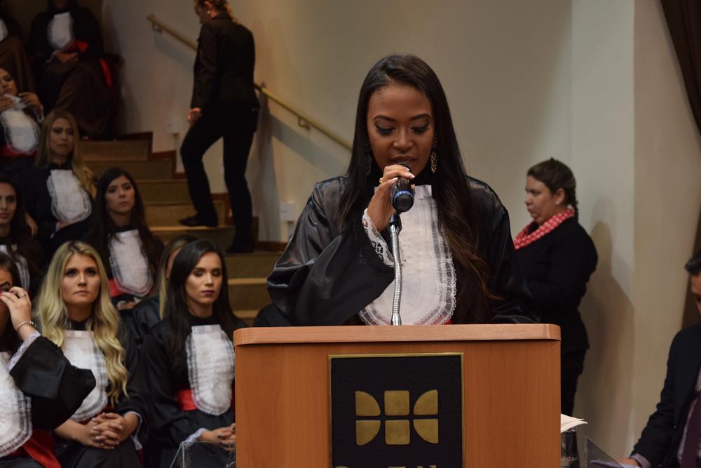 A aluna Samara Silva Firmino proferiu homenagem aos pais