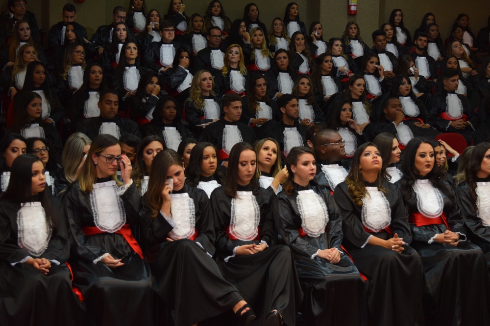 Formandos se emocionam em cerimônia de colação de grau