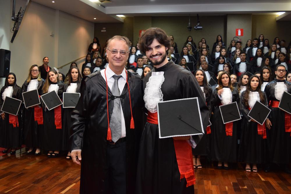 O reitor Paulo Stumpf confere o grau de formando para Henrique Silva Wenceslau