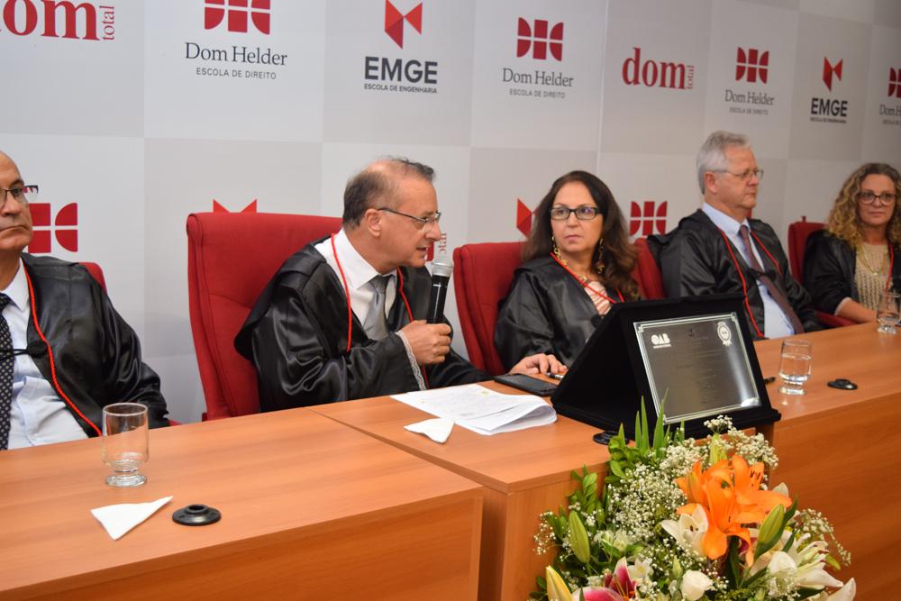 O reitor Paulo Stumpf finaliza a cerimônia de colação de grau fazendo uma referência a Dom Helder