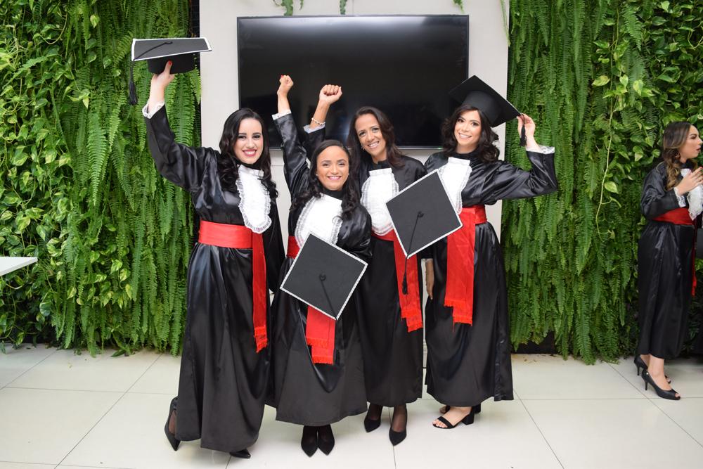Alunas comemoram a conquista do diploma