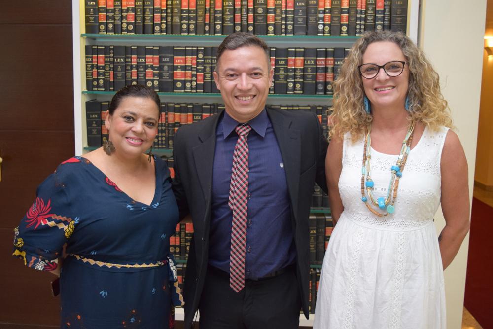 A secretária administrativa Djoá Braulina, ao lado do mestre de cerimônia Gilmar Pereira e a pró-reitora administrativa Cácia Rita Stumpf