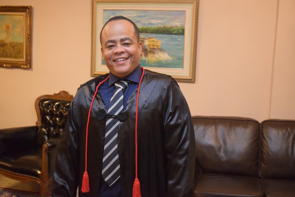 O coordenador do Núcleo de Ensino Personalizado, Rogério Vieira, foi o funcionário homenageado