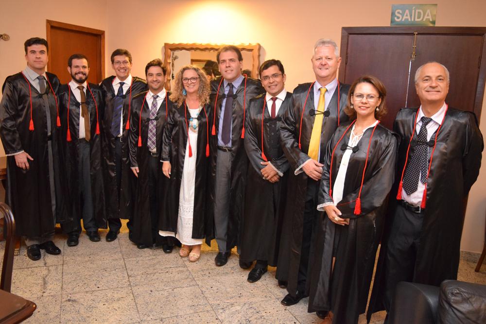 Da direita para a esquerda. O vice reitor Estevão, os pró-reitores Anacélia Rocha e Francisco e os professores Carlos, Marcelo, a pró-reitora Cácia e os professores Humberto, Pedro, Thiago e Marcelo