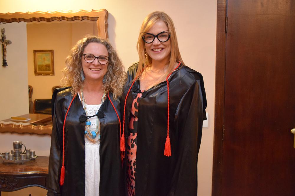 A pró-reitora administrativa, Cácia Stumpf, ao lado da professora Maria Flávia Máximo
