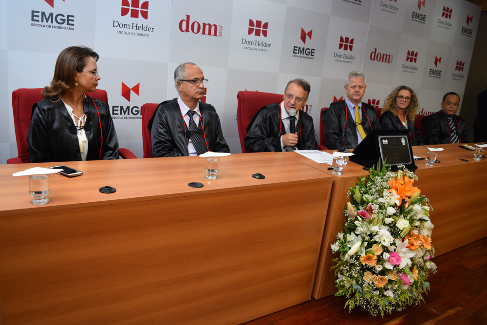 O reitor da Dom Helder, Paulo Stumpf dá início da cerimônia de colação de grau
