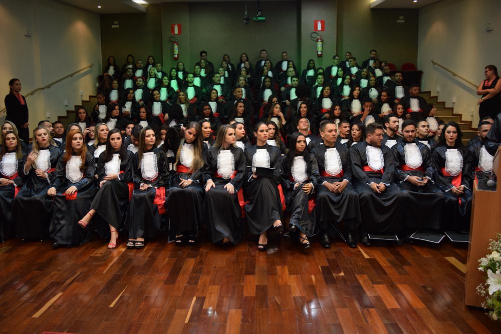 Os bacharéis em direito durante a cerimônia de colação de grau