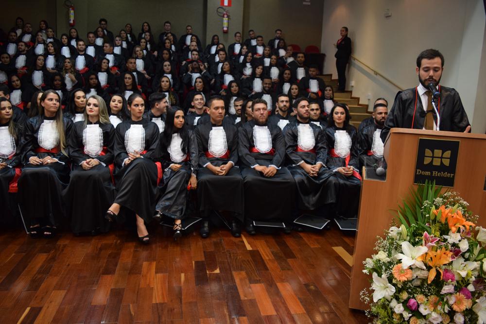 O professor Thiago Loures Monteiro foi o paraninfo das turmas