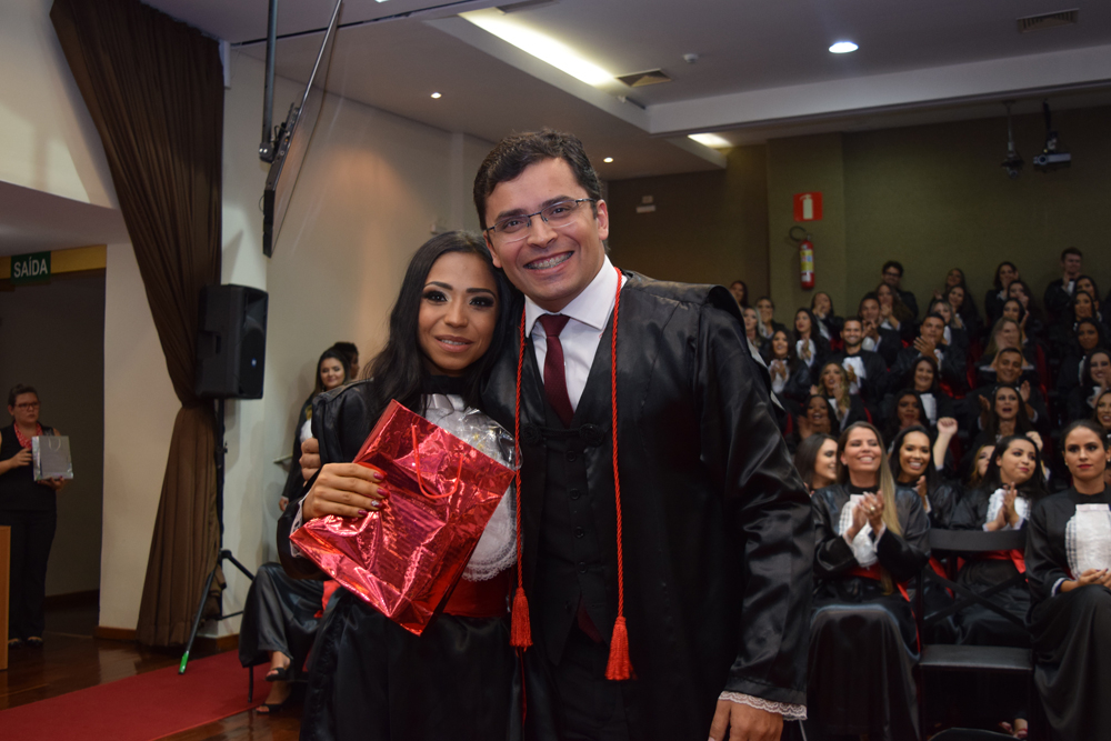 A aluna Bruna Santos Gonzada faz homenagem ao professor Carlos Henrique Amaral